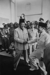 """Kaoem Marhaen, bersatoelah..."" ( Sumber foto : Life Magazine/Howard Sochurek/Bandung/April/1955 )"