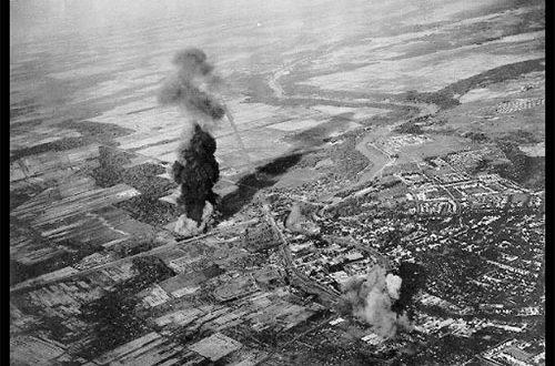 Foto Pesawat Bomber Inggris Bom Surabaya