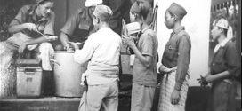 FOTO Gerilyawan Indonesia Antri Jatah Makan di Bangil Tahun 1948
