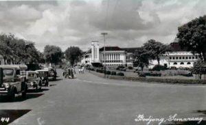 "Kawasan Bodjong , Semarang, sekitar dekade 1930-an. Sekarang dikenal sebagai Jl. Pemuda. Nampak di latar belakang adalah gedung ""de Javasche Bank"" Semarang. Setelah pengakuan kedaulatan RI oleh Belanda pada tahun 1949, gedung ini kemudian diambil alih oleh pemerintah RI dan digunakan sebagai kantor Bank Indonesia ( BI ) Jawa Tengah."